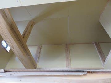 壁の下地が貼られた納戸