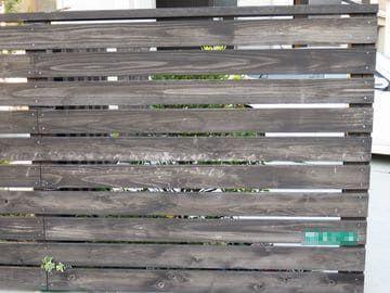 3年経過で色あせした板塀