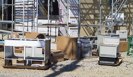 組立中のシステムキッチン