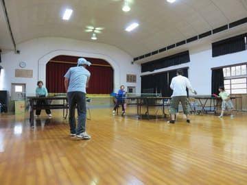 体育館で卓球をする島の人たち