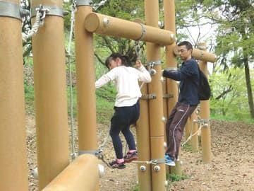 峰山公園アスレチックで遊ぶ様子