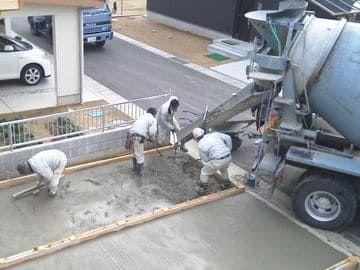 駐車場にコンクリートを流し込む作業