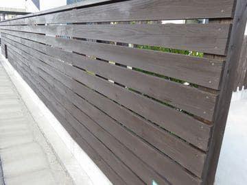 塗り直した板塀の全面