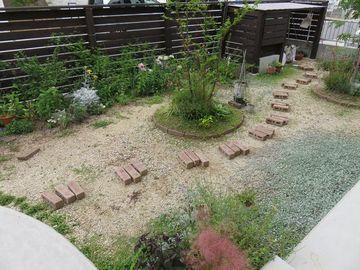 2018年5月の庭未完成のレンガの小道
