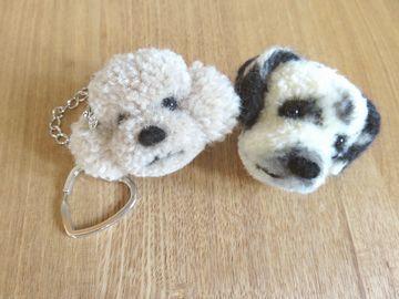 毛糸で作った犬の小物