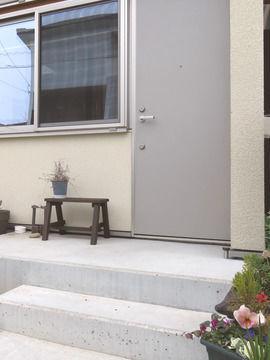 塗装後のベンチを置いた玄関の様子