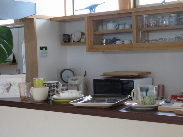 キッチンカウンターの上に並んだ食器
