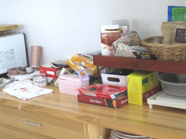 食料品が積まれた背面収納カウンター