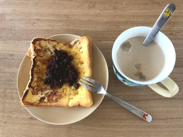 ジューンベリージャムをのっけたフレンチトーストの写真