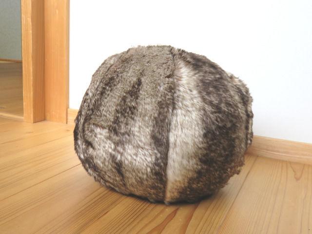 ニトリ アクセントクッション ファーボールの画像