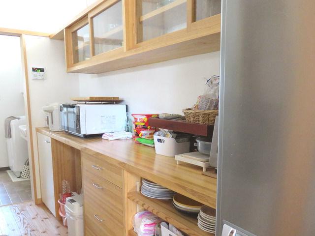 造作キッチン背面収納の斜めから見た図