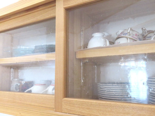 造作の吊戸棚 気泡ガラス