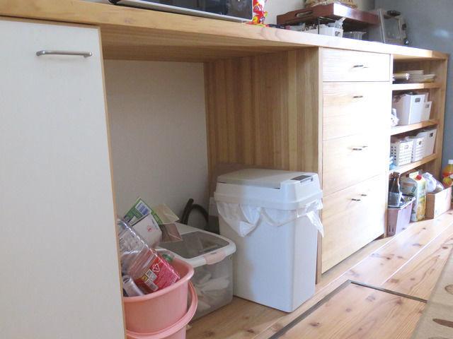造作キッチン背面収納のカウンター下の画像