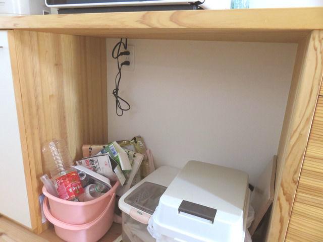 造作キッチン背面収納のゴミ箱スペース