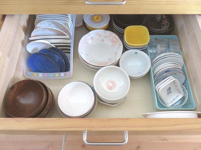 造作キッチン背面収納の引出し2段目食器入れ