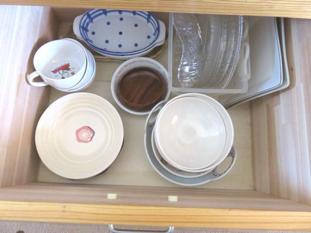 造作キッチン背面収納の引出し4段目大型食器入れ