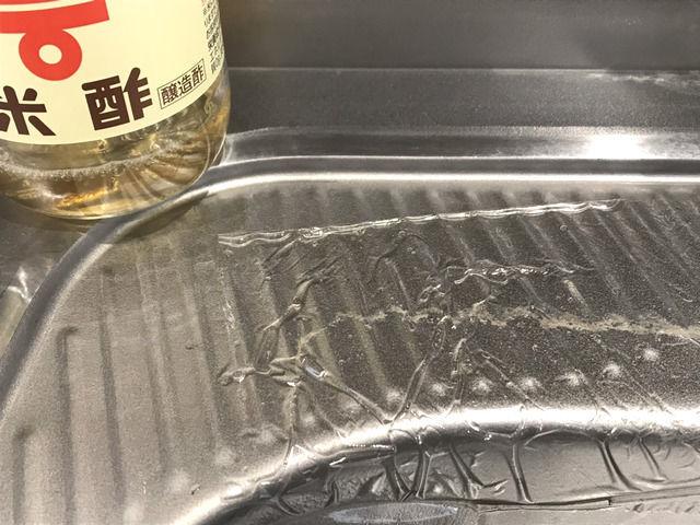 酢とラップで水垢掃除をしている様子