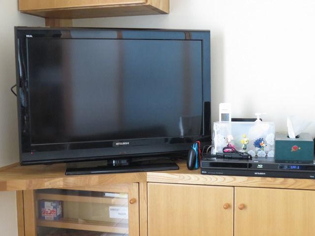 テレビ台のテレビとレコーダー