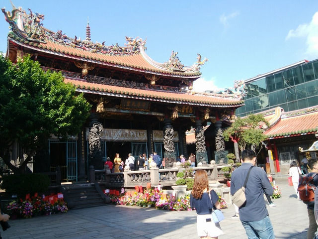 台湾龍山寺の境内