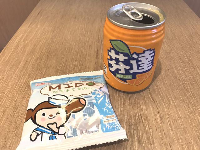 シーザーメトロ台北のウエルカムドリンクとお菓子