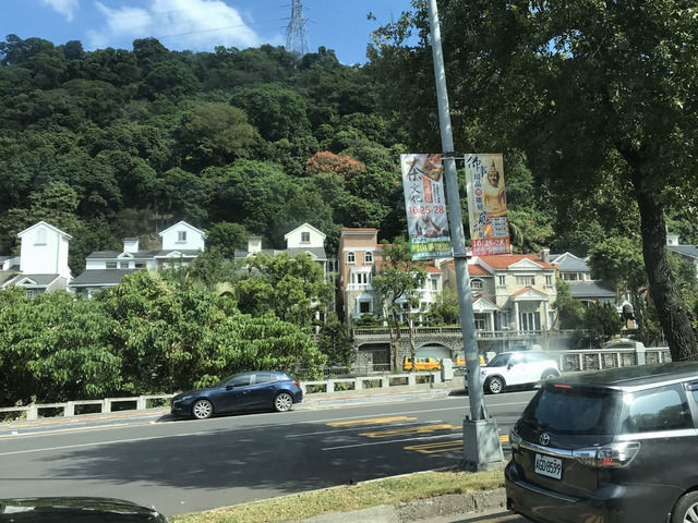 士林駅から故宮博物院へのバスでみた風景