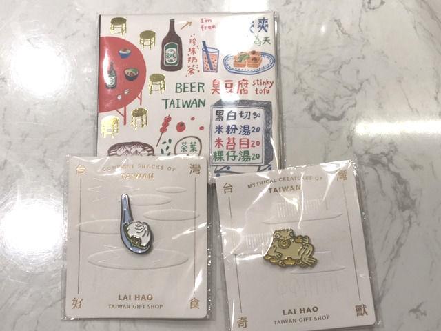 台湾土産の油とり紙とピンバッジ