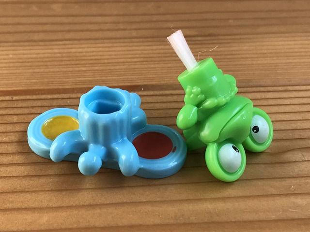 台湾のお菓子KINDER JOYキンダージョイのおまけ カエルの絵具セット