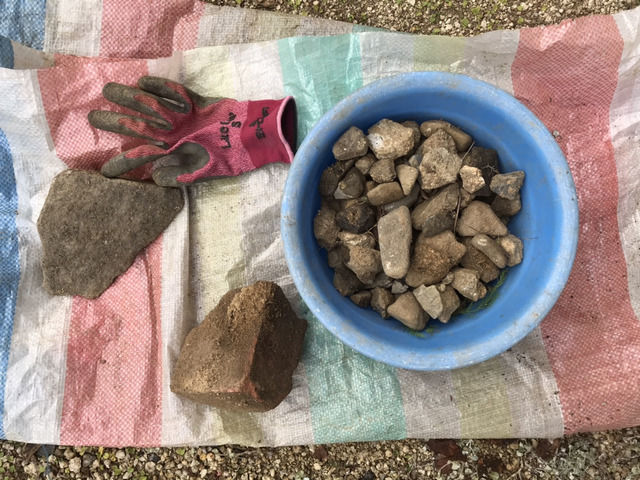 土壌改良のために穴を掘って出てきた石