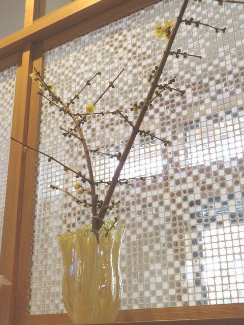 ロウバイの花を生けた花瓶