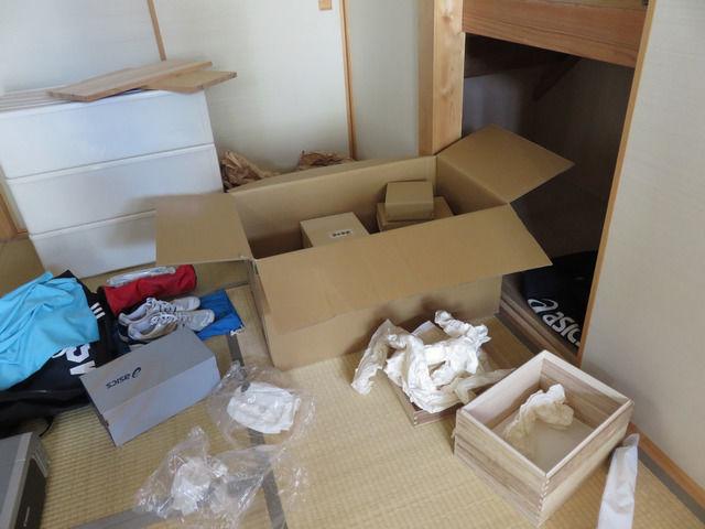 雛人形を出した後の箱が散乱した部屋