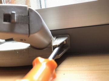 YKKAP 縦すべり窓のオペレーターハンドルの取付ネジを締めなおしている画像