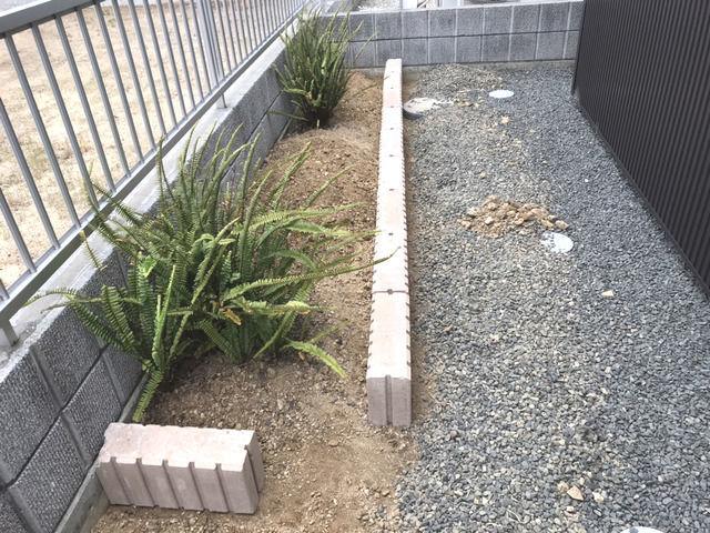 花壇づくりの作業 ブロック並べと調整