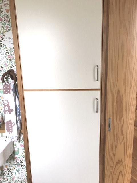 トイレの収納 扉を閉めたところ