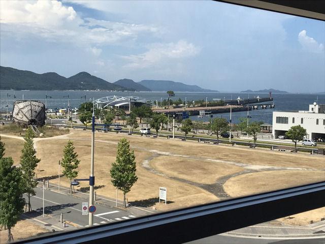 サンポート高松から眺めた瀬戸内海 赤灯台