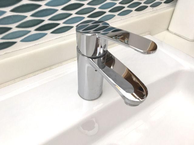 洗面台 グローエ水栓とタイル