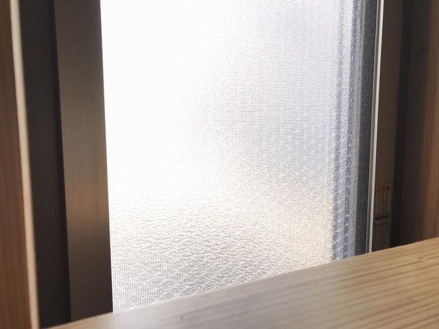 断熱シートを貼ったトイレ窓