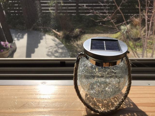 窓辺で充電中のソーラーランタン