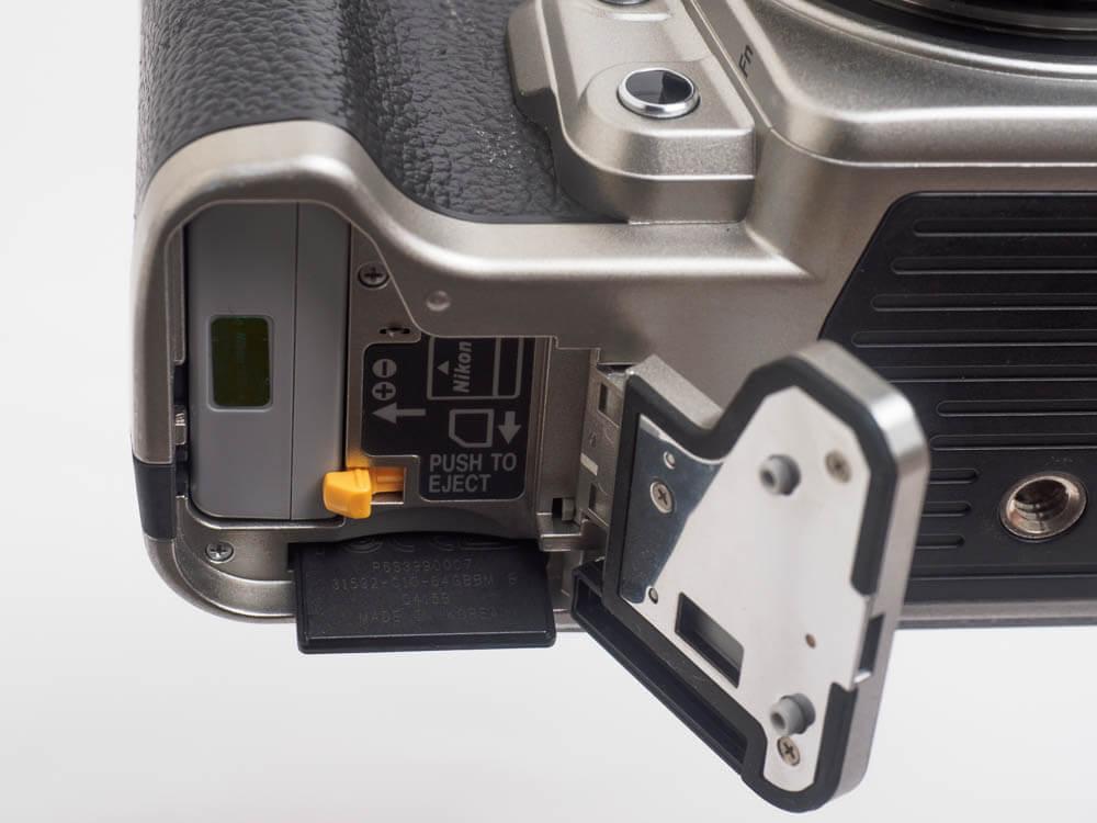 Nikon Dfのメモリーカードスロット