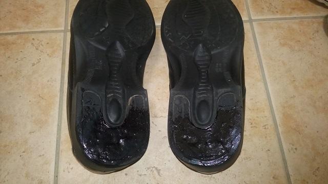 補修剤でかかとを修理した靴