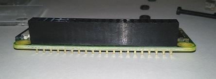 Raspberry Pi Zero WにGPIOヘッダーを取り付けた状態(後景)