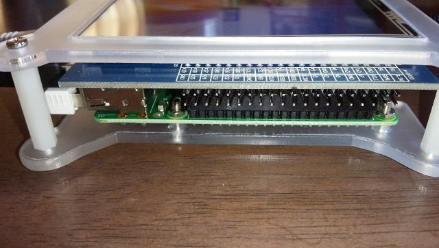 Raspberry Pi用小型ディスプレイを使っている写真 GPIO端子