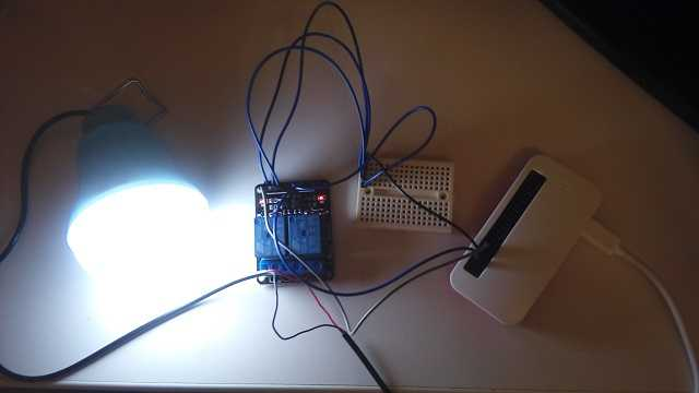 Raspberry PiでUSBライトを制御して点灯した写真