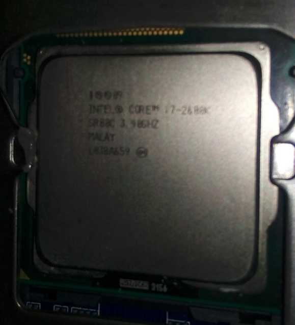Core i7-2600Kをマザーボードに取り付けたところ