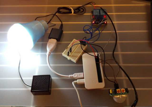 人感センサーで人を検知してLED照明とmp3ファイル再生をしているところ