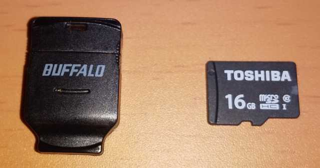 microSDカードリーダー/ライターとmicroSDカードを並べたところ