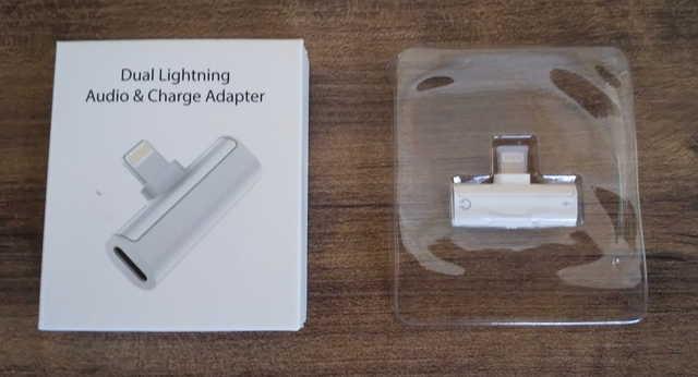 ライトニング二股変換アダプターの箱