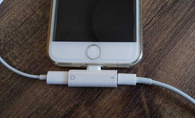 iPhone 7に二股変換アダプターをつなげたところ