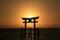「白鬚神社2015年10月25日湖中大鳥居に昇る朝日」