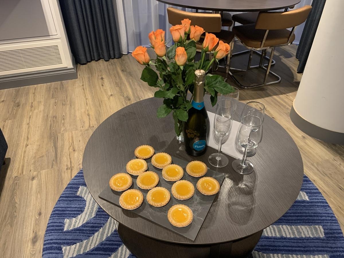 テーブルの上に花