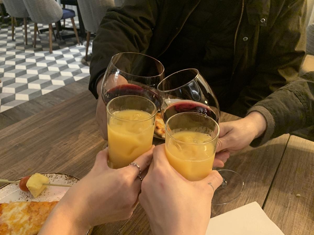 ワインとオレンジジュース